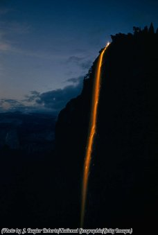 Yosemite Firefall, 1958. Un rituale creato usando brace fino al 1968. Da non confondere con le cascate naturali.