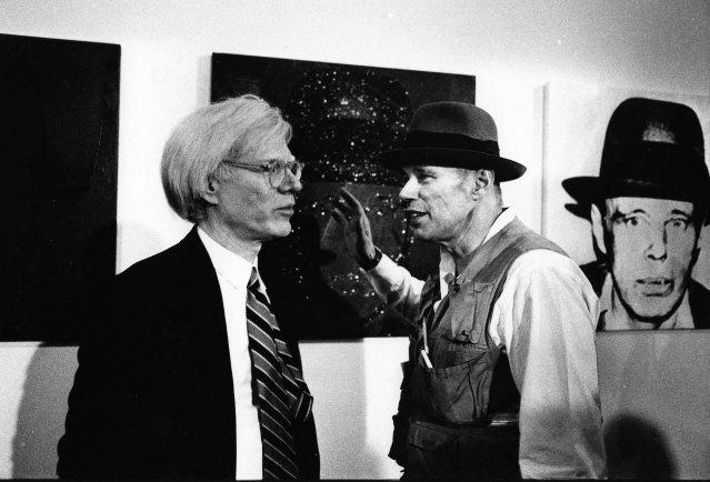 1980. Andy Warhol e Joseph Beuys alla mostra terre motus di Lucio Amelio