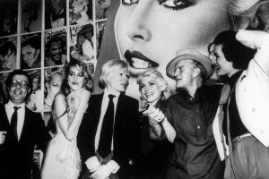 Da sinistra l'editore Bob Colacello, Jerry Hall, Andy Warhol, Debbie