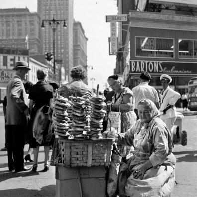29 Settembre 1959 - Donna vende salatini caldi a New York. Foto di Vivian Maier.jpg