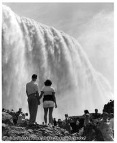 Una coppia ammira la potenza delle Cascate del Niagara, 1955