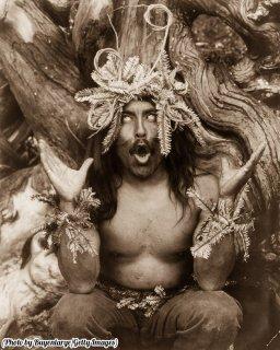 Uno sciamano Hamatsa esegue un rituale dopo aver trascorso alcuni giorni nei boschi, 1914. Fotografia di Edward Curtis