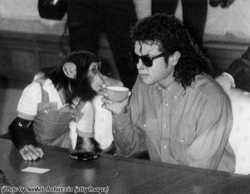 Una foto ritoccata di Michael Jackson che beve una tazza di tè col suo scimpanzè, Osaka, Giappone, 1987