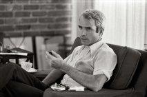 Un giovane John McCain in un'intervista dopo il suo ritorno dal Vietnam, 1973. Fotografia di Thomas J. O'Halloran