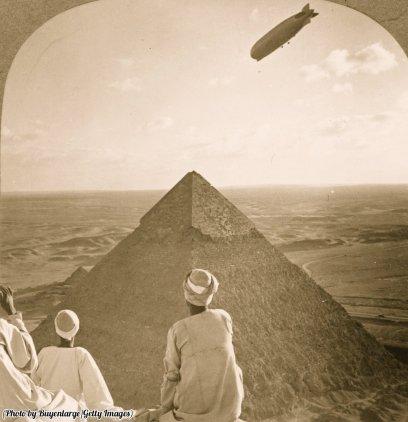 Uno Zeppelin vola sulle piramidi di Giza in Egitto, 1931