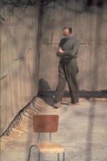 Adolf Eichmann passeggia nel cortile della sua cella, Prigione Ramla, Israele 1961