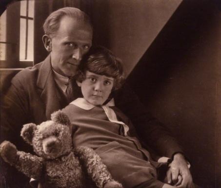 Alan Milne con l'originale Christopher Robin e Winnie the Pooh