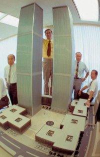 L'architetto Minoru Yamasaki ed altri posano con il modello originale del World Trade Center nel 1964