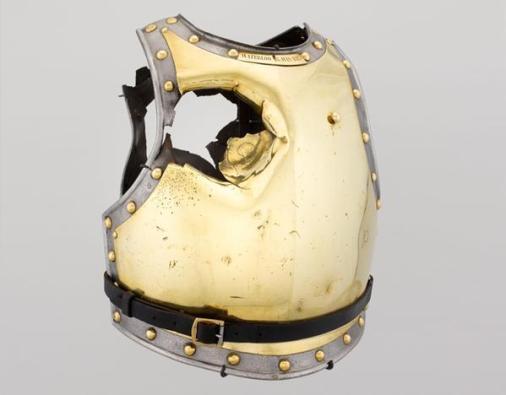 Armatura forata da una palla di cannone nella battaglia di Waterloo