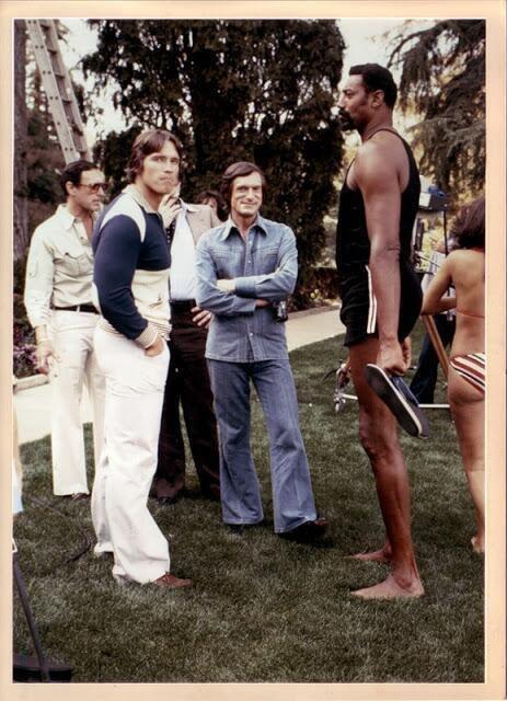 Arnold Schwarzenegger, Hugh Hefner e Wilt Chamberlain alla Playboy Mansion nel 1977