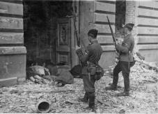 Ascari ucraini in piedi vicino a corpi di ebrei uccisi, Varsavia 1943