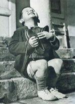 Bambino austriaco riceve nuove scarpe durante la seconda guerra mondiale