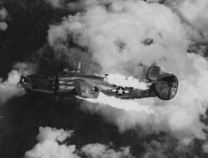 B-24 Liberator in fiamme dopo essere stato attaccato sopra l'Austria, 1944
