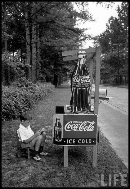 Bambino che vende Coca-Cola in una bancarella per strada, 1936