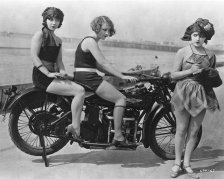 Bellezze al bagno di Mack Sennett - Margaret Cloud, Gladys Tennyson e Elsie Tarron in 'Down to the Sea in Shoes' (1923)