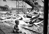 Bloody Saturday - il pianto di un bambino cinese tra le rovine bombardate della stazione ferroviaria di Shanghai Sud, 1937