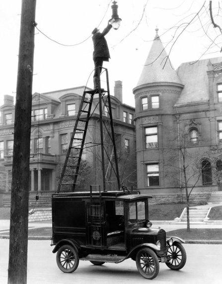 Camion Ford Modello T usato per la manutenzione dei lampioni, ca. 1926
