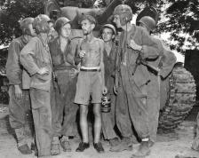 Carristi americani ascoltano Bernard Herzog che è stato appena liberato dal campo di Santo Tomas, Filippine