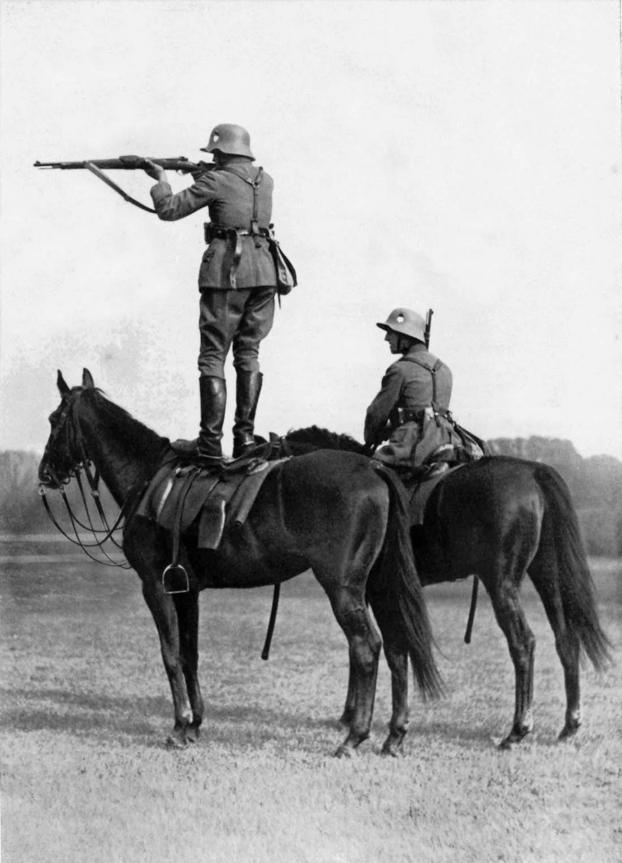 Cavalleria tedesca spara in piedi sui cavalli, 1935