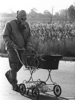 Chernobyl, un uomo spinge un bambino in una carrozza che è stata trovata durante la pulizia dell'incidente nucleare di Chernobyl del 1986