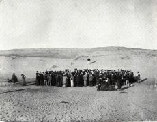 Circa 100 persone partecipano a una lotteria per dividere un terreno di 12 acri di dune di sabbia, che sarebbe poi diventato la città di Tel Aviv, 1909