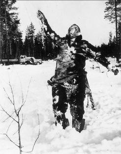 Corpo congelato di un soldato sovietico messo in vista dai combattenti finlandesi per intimidire le truppe sovietiche, 1939