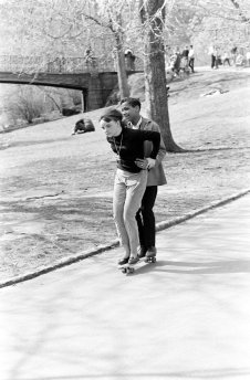 Coppia che fa skateboarding nel Central Park di New York, 1960. Fotografia di Bill Eppridge