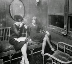 Donne alla moda fumano sigarette in un vagone, ca. 1920