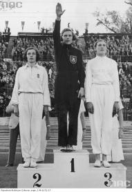 Dora Ratjen al centro sul podio degli Europei di Vienna 1938 prima di essere squalificata