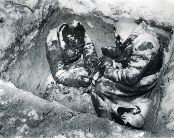 Due fanti sovietici congelati a morte nella loro trincea, Finlandia 1940