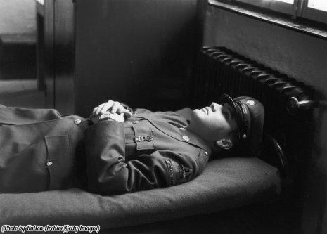 Elvis in uniforme, sdraiato su una branda militare, 1958