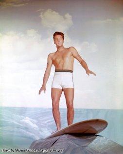 Elvis Presley su uno sfondo surf per il film Blue Hawaii, 1961