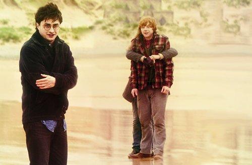 Emma Watson abbraccia Rupert Grint sul set freddo di 'Harry Potter ei Doni della Morte Parte 1'