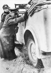 Erwin Rommel aiuta a spingere la sua auto bloccata in Nord Africa, 1941