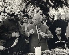 Fidel Castro e Nikita Khrushchev bevono vino da un corno nella Repubblica Sovietica della Georgia, 1963