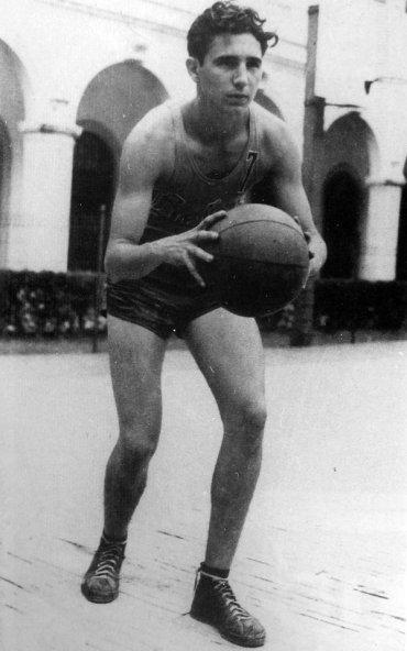 Fidel Castro gioca a basket all'età di 17 anni, 1943