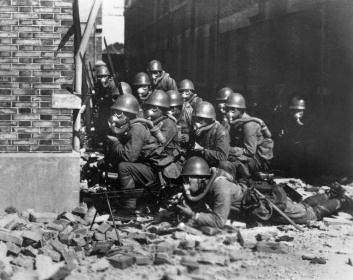 Forze Speciali giapponesi navali atterrano con maschere antigas e guanti di gomma durante un attacco chimico, Battaglia di Shanghai 1937