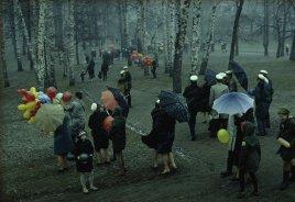 Gente che passeggia in un parco in Finlandia nel corso di una bufera di neve, maggio 1968
