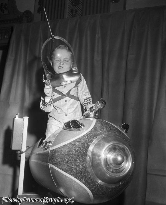 Glenn Sitterly a quattro anni su un giro razzo al Toy Fair America, 1953