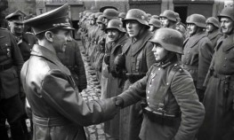 Goebbels si congratula con una giovane recluta, dopo aver ricevuto la Croce di Ferro II, 1945