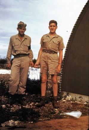 Harold Agnew porta il nucleo di plutonio della bomba di Nagasaki, 1945