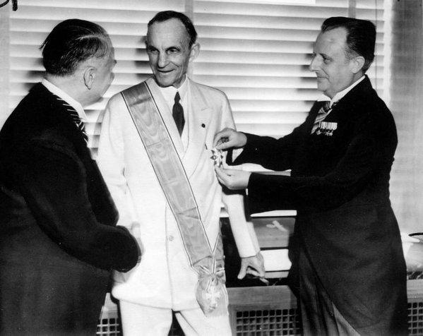 Henry Ford riceve la Croce dell'Ordine dell'Aquila tedesca da ufficiali nazisti 1938