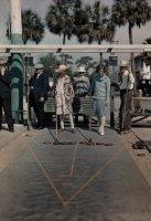 I visitatori giocano a shuffleboard in un centro ricreativo vicino a Mirror Lake in St. Petersburg, Florida, 1929