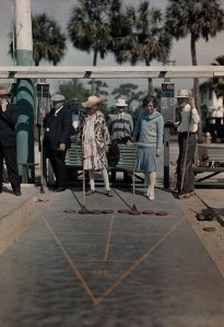 I visitatori giocano a shuffleboard in un centro ricreativo vicino a Mirror Lake in St. Petersburg, Florida, 1929