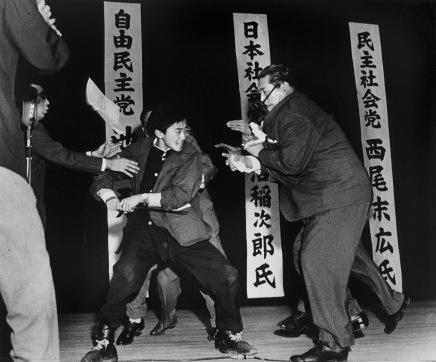 Il 12 ottobre 1960, lo studente 17enne di estrema destra Otoya Yamaguchi uccide il politico socialista Inejirō Asanuma con una spada durante un discorso a Tokyo