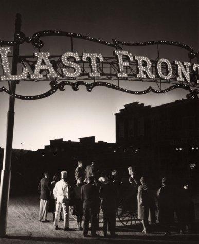 Il bagliore di un test nucleare attira lavoratori del casinò di Las Vegas, 1953. Fotografia di Volkmar K. Wentzel