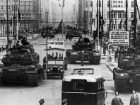 Il braccio di ferro al Checkpoint Charlie: carri armati sovietici che affrontano carri armati americani, 196