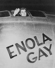 Il capitano Paul Tibbets sull'Enola Gay prima del decollo e lo sgancio della prima bomba atomica su Hiroshima, 1945