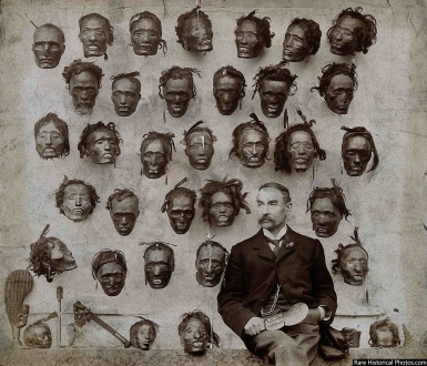 Il Maggiore Generale Horatio Gordon Robley con la sua collezione di teste maori tatuate, 1895
