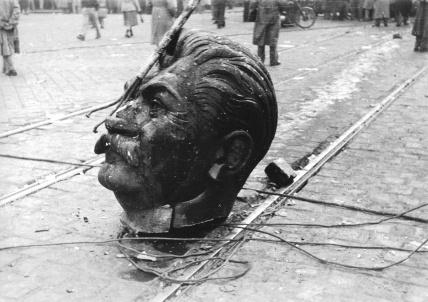 Il monumento di Stalin è stato abbattuto il 23 ottobre 1956 da una folla antisovietica infuriata durante la Rivoluzione ungherese d'Ottobre